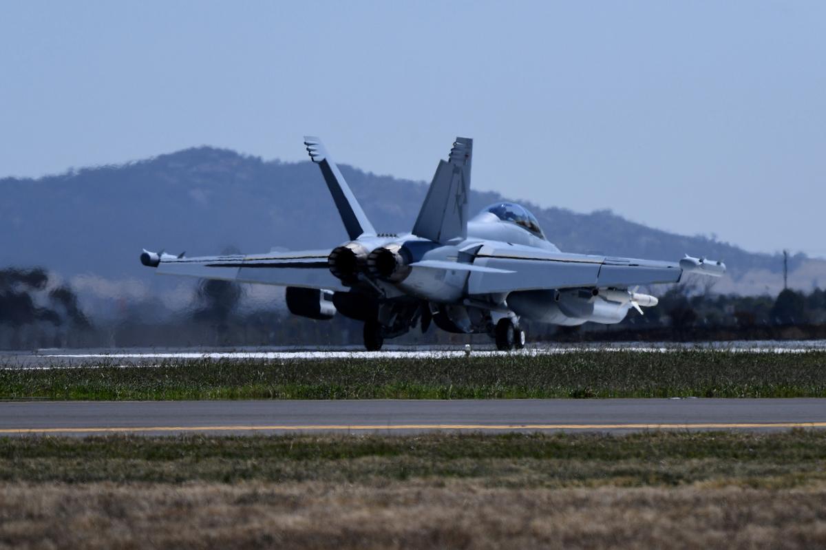由於擔心知識產權被盜,澳洲政府正審查維州與江蘇省之間達成的一項研究協議。圖為2017年在墨爾本Avalon航空展上亮相的新型EA-18G咆哮者戰鬥機。(AAP)