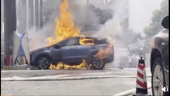 2021年4月14日,中概股小鵬汽車在廣州發生自燃事件。(微博影片截圖)