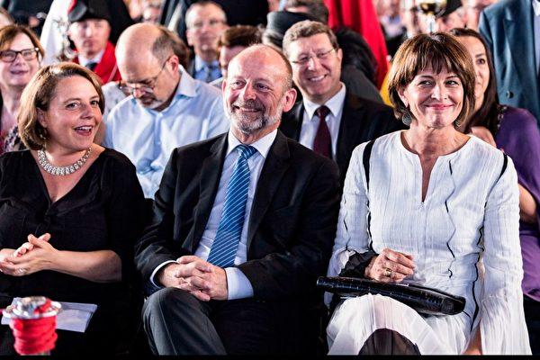 圖為2018年6月21日,瑞士議會前主席多米尼克·德·布曼(Dominique De Buman,中)在一次活動上。(MARTIAL TREZZINI / POOL / AFP)
