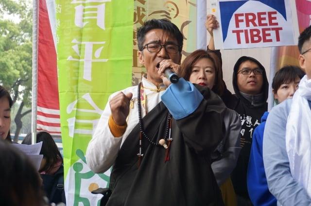 3月7日,西藏台灣人權連線理事長札西慈仁(中)在有關「310西藏抗暴60年大遊行」前的(台北)記者會上表示,1951年西藏被迫與中共簽17條和平協議,中共曾保證60年不變,但不到10年就鎮壓,導致達賴與數萬藏人流亡海外。(李怡欣/大紀元)