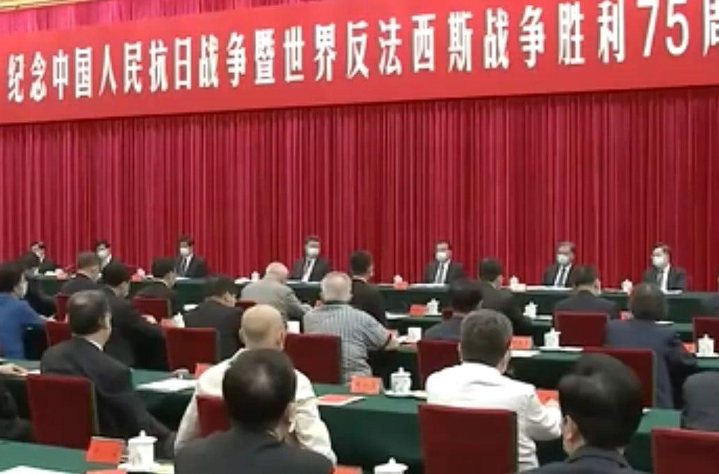 9月3日,中共政治局7常委參加抗戰座談會,全部重新戴上了口罩。(影片截圖)