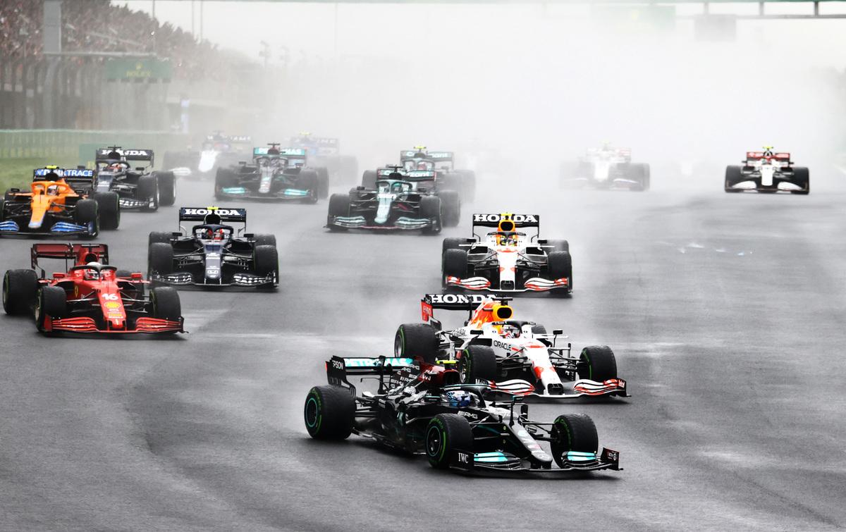 當地時間10月10日,F1大獎賽土耳其站比賽開始後,桿位發車的博塔斯衝在最前面。圖為他駕車進入第一個彎道前的瞬間。(Bryn Lennon/Getty Images)