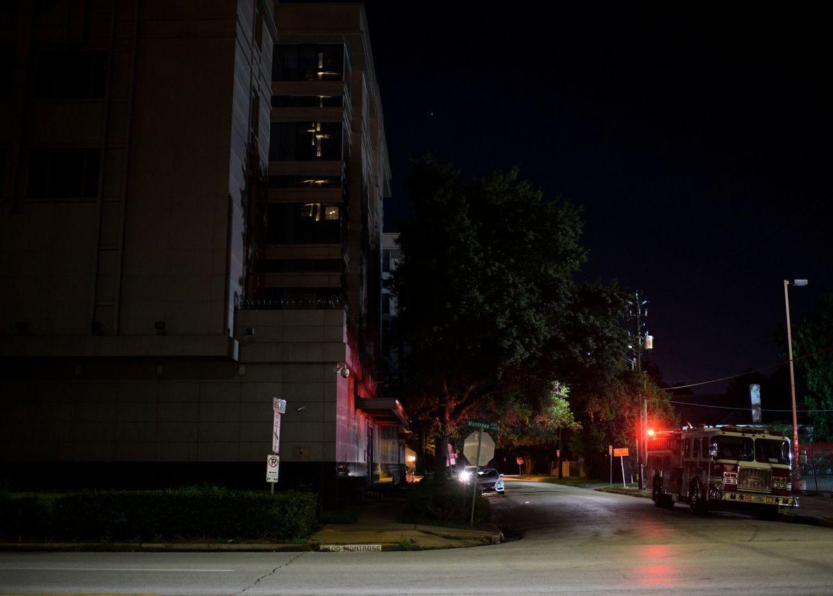 2020年7月22日晚,中共駐侯斯頓總領事館的大樓外準備救火的美國消防車。中共在內部焚燒文件,不許消防隊進入。(MARK FELIX/AFP/AFP via Getty Images)