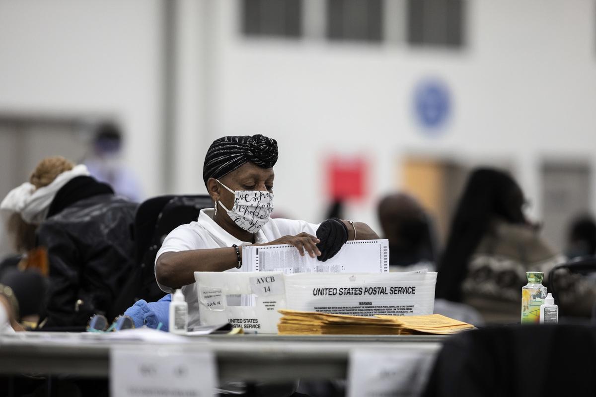 圖為2020年11月4日,美國密歇根州底特律,工作人員在TCF會議中心進行總統大選的計票程序。(Elaine Cromie/Getty Images)