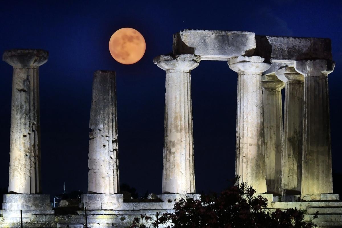 今年西方的萬聖節當日會迎來19年一遇的天文奇觀「藍月亮」現象,市民可在當晚憑肉眼見到飽滿的「藍月亮」。圖為2019年6月17日,在希臘阿波羅神廟上空升起的滿月。(VALERIE GACHE/AFP via Getty Images)