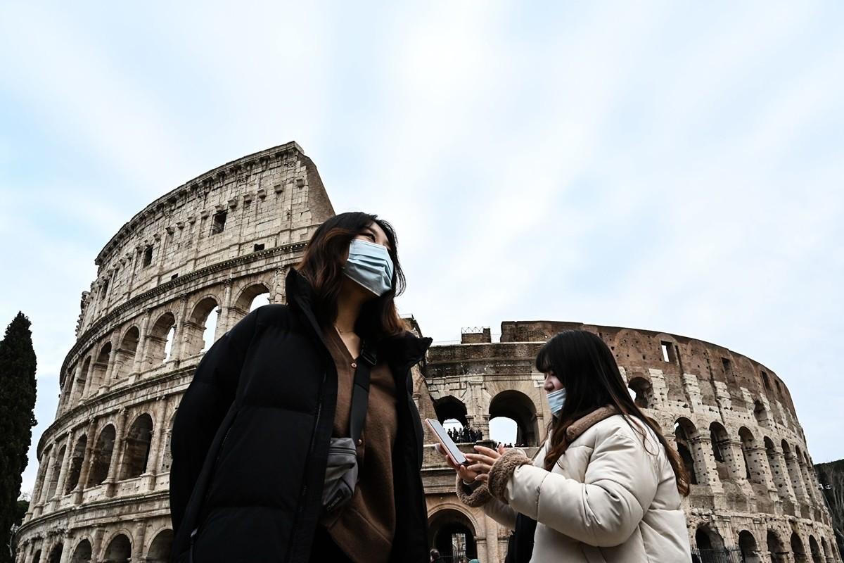 1月31日,遊客戴著口罩在意大利羅馬市區景點。(Photo by ALBERTO PIZZOLI/AFP via Getty Images)