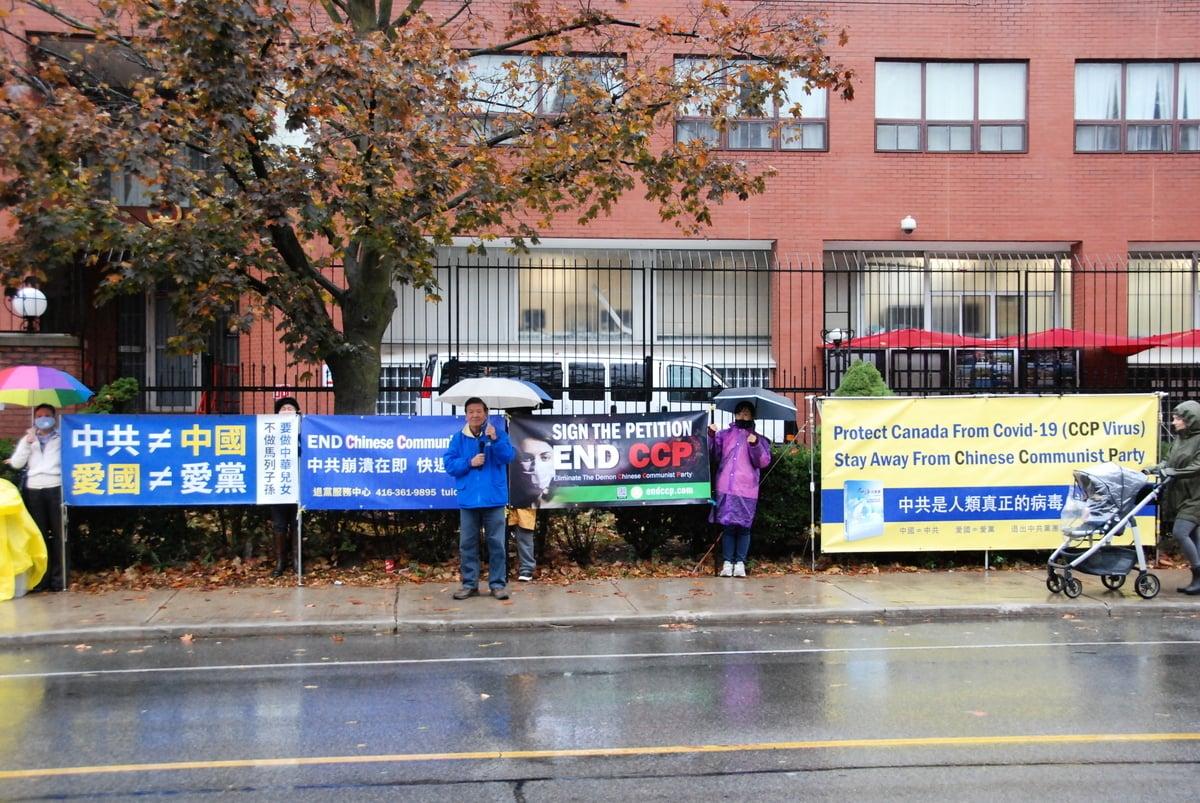 2020年10月15日下午,加拿大退黨服務中心在多倫多中領館前舉行汽車遊行活動,多倫多法輪功學員林慎立要求中共無條件釋放姐姐林秋芃,呼籲停止迫害,三退自救。(伊鈴/大紀元)