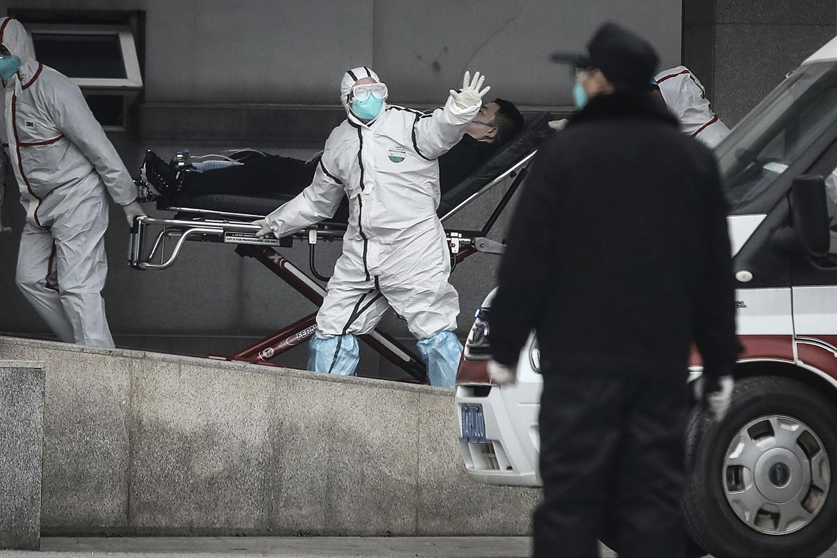 圖為武漢市金銀潭醫院全副生化防護服的醫護人員。(Getty Images)