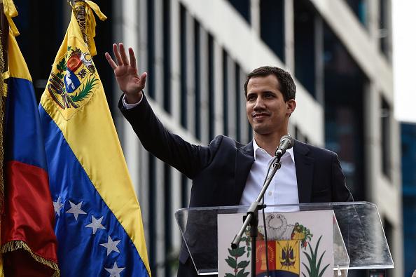 美國與支持馬杜羅的中共就委內瑞拉政局再次針鋒相對。美國官員3月21日表示,如果中共拒絕讓委國反對派領袖瓜伊多支持的代表出席下周在中國舉行的美洲開發銀行(IADB)年度會議,美國將退出該會議。圖為瓜伊多。(FEDERICO PARRA/AFP/Getty Images)