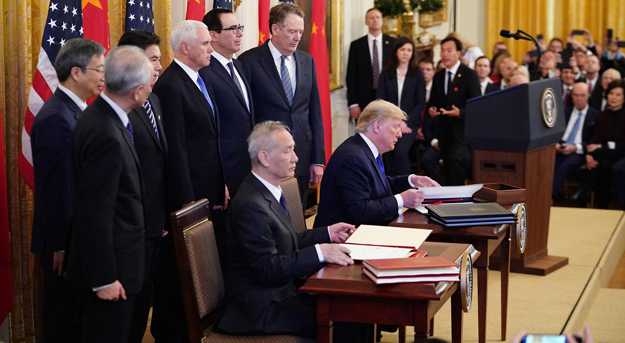 美東時間2020年1月15日,美國總統特朗普和中共副總理劉鶴簽署中美第一階段貿易協議。(MANDEL NGAN/AFP)
