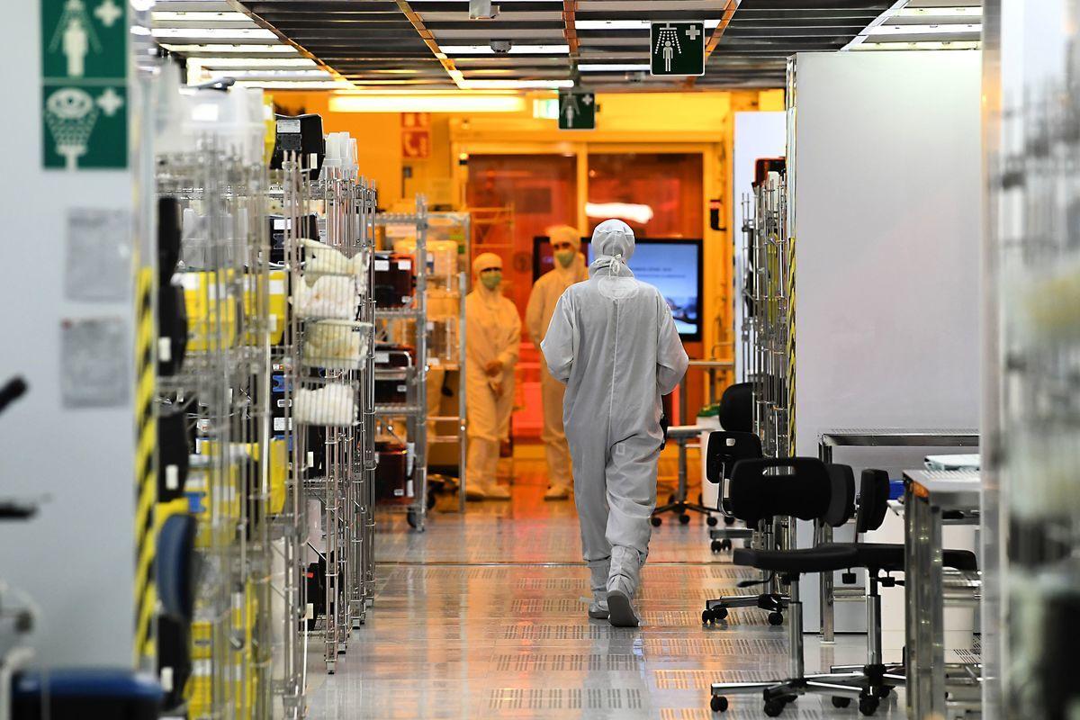 對抗中共主導高科技野心,歐盟12月18日批准英國、法國、德國、意大利聯合投資微電子。圖為2017年6月28日工程師在法國LETI Tech工作。 (JEAN-PIERRE CLATOT/AFP/Getty Images)