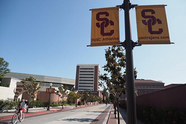 近日,南加大(USC)一名教授因在上課時引用了一個漢語詞,被個別學生以「歧視黑人」為由投訴,甚至遭到校方停課。圖為2018年5月17日,一個年輕人在加州洛杉磯的南加州大學(USC)校園裏騎單車。(ROBYN BECK/AFP via Getty Images)