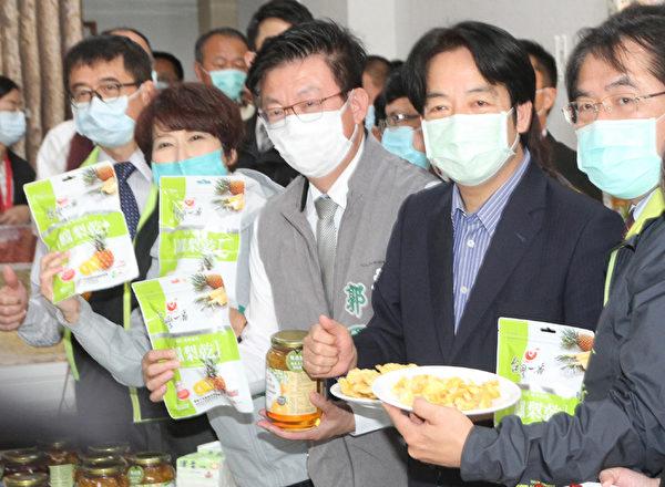 前美國國務卿蓬佩奧(Mike Pompeo)在推特貼出一張吃台灣菠蘿乾的照片,照片中那包菠蘿乾來自台南市官田區的果乾工廠,2月28日台南市長黃偉哲(右1)才陪同副總統賴清德(右2)前往參訪過。(中央社)