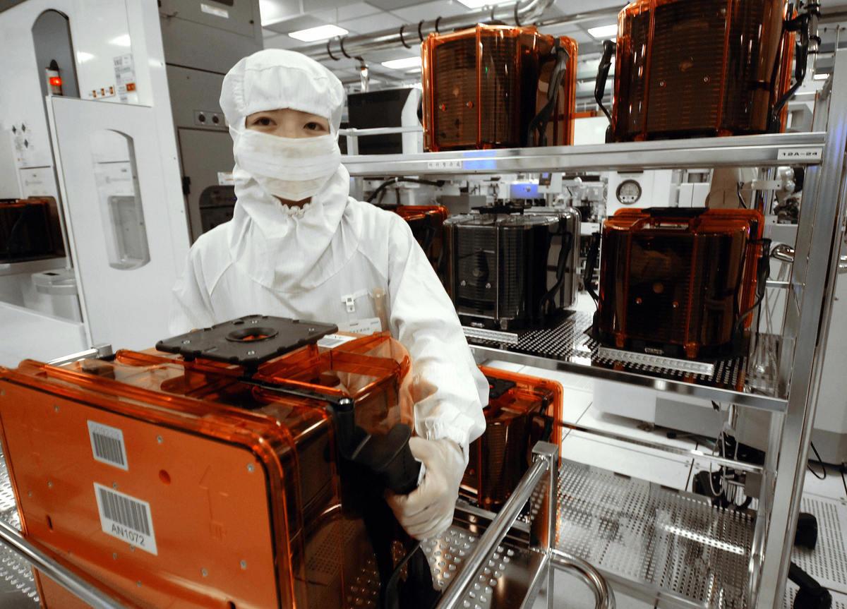 中共傾國家之力發展半導體產業,這些中資公司是在中共的全力支持下,以系統性的方式挖角台灣人才。圖為台灣的科技業人員。(SAM YEH/AFP via Getty Images)