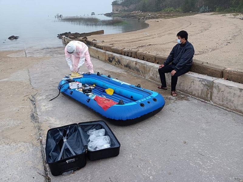 金門岸巡隊6日表示,中國籍江姓男子以無動力橡皮艇划槳方式非法入境,這是五天內第二宗中國人士企圖闖關台灣地區;偷渡目的,岸巡單位正調查中。(金門岸巡隊提供/中央社)
