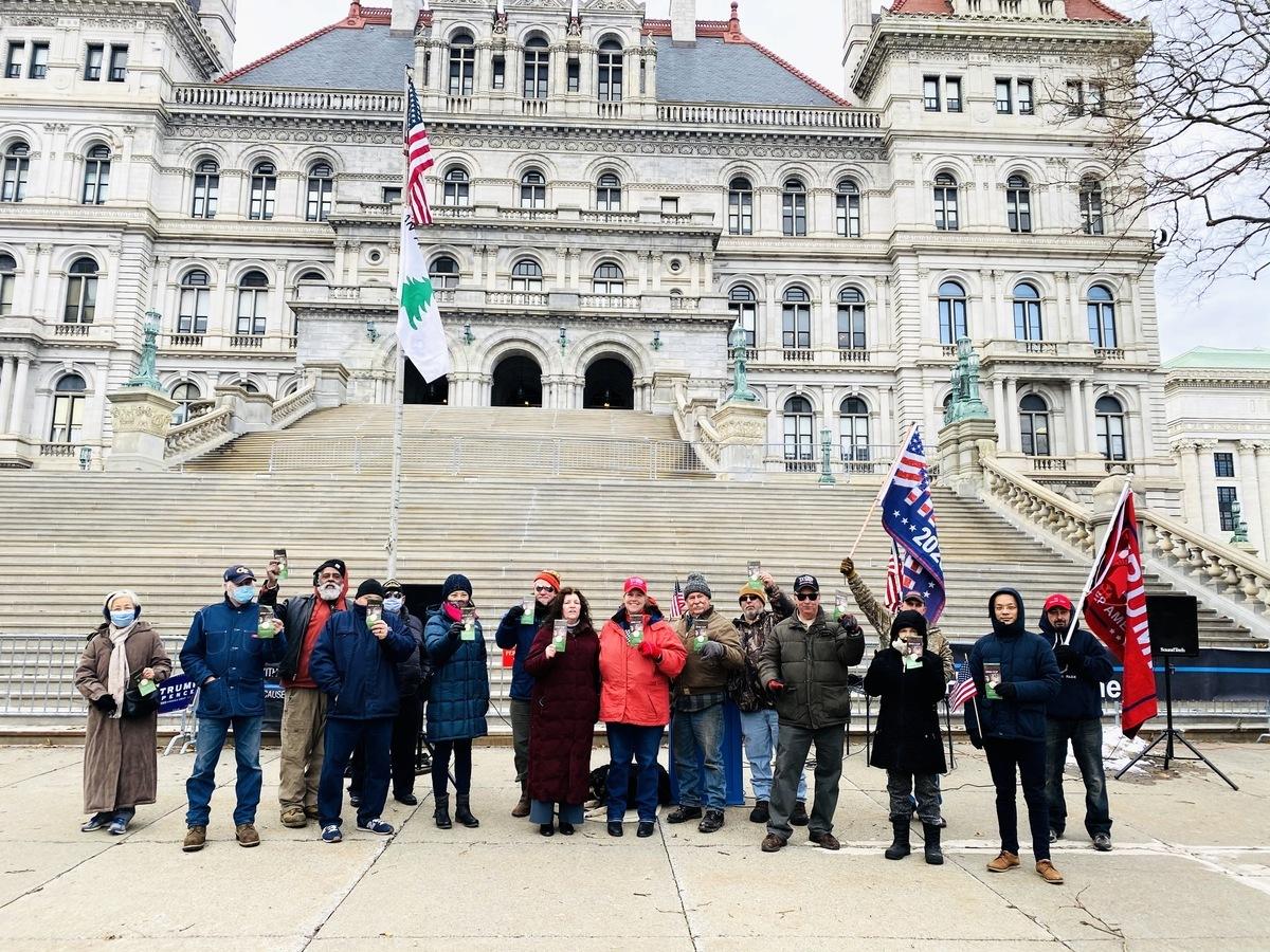 12月26日,紐約州首府奧爾巴尼(Albany)州府議會大廈(East Capitol Park)前,民眾集體大聲呼籲「END CCP」(解體中共)。(大紀元/李桂秀)