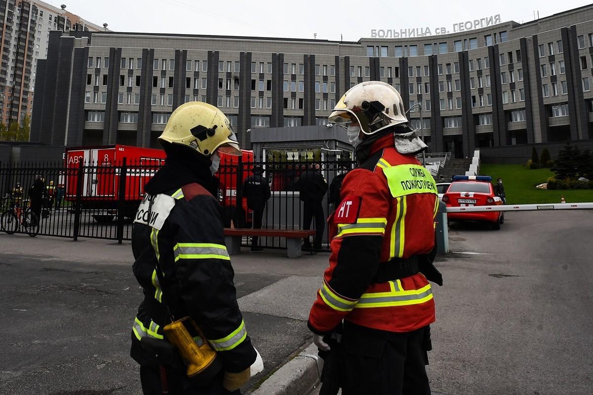 2020年5月12日,消防員在聖彼得堡聖喬治醫院的火災現場工作。(OLGA MALTSEVA/AFP via Getty Images)