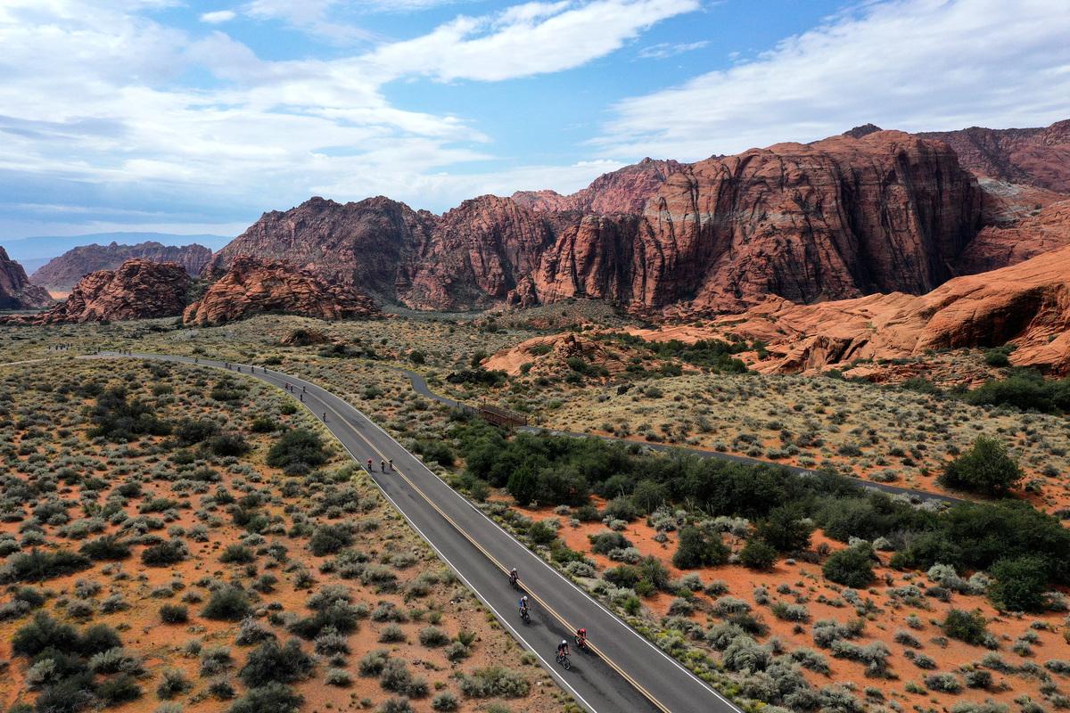 2021年9月18日,美國猶他州聖喬治(St. George),「鐵人70.3世界錦標賽」(IRONMAN 70.3 World Championship)期間,選手們騎單車經過「雪谷州立公園」(Snow Canyon State Park)。(Ezra Shaw/Getty Images for IRONMAN)