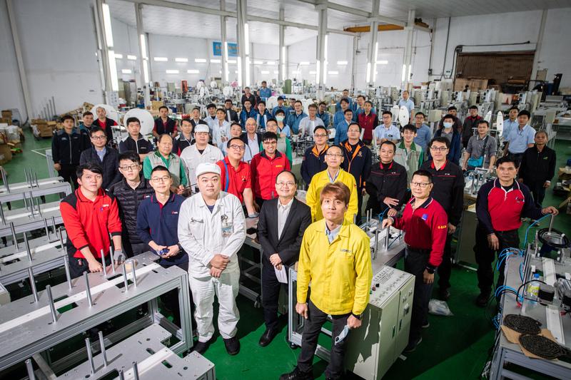 口罩國家隊由國內機具廠商組成,為口罩廠商組裝生產機台,大幅提升口罩產能。(中央社)