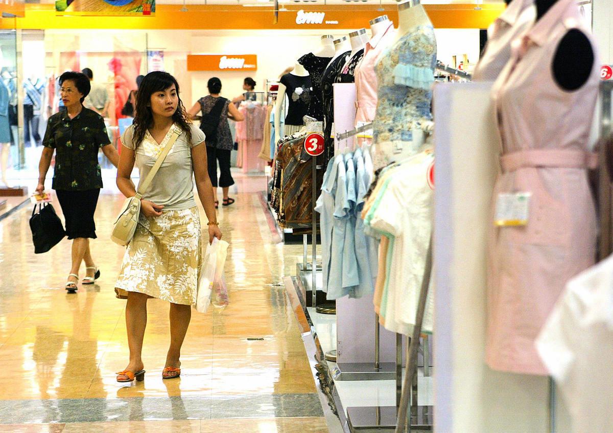 英國著名的尼爾森市場研究公司此前發佈的一份調查報告顯示,中國大陸有近半年輕人過度舉債。圖為大陸一商場。(Photo credit should read LIU JIN/AFP via Getty Images)