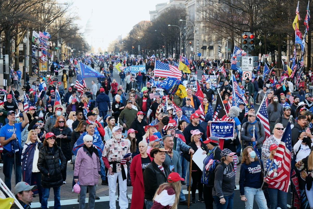 2020年12月12日,數十萬來自美國各州的民眾聚集首都華盛頓DC,舉行盛大集會和遊行,要求「停止竊選(Stop The Steal)」,力挺特朗普總統。圖為支持者在自由廣場旁觀看集會直播。(李辰/大紀元)