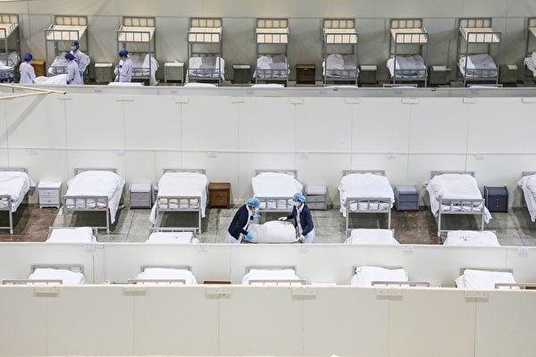 中國國內學者近期發表在國內期刊上的中共病毒演變論文遭到海外同行批評,被指學術不嚴謹及無合理解釋,甚至有同行建議中國學者撤回該論文。圖為武漢一處方艙醫院。(STR/AFP via Getty Images)