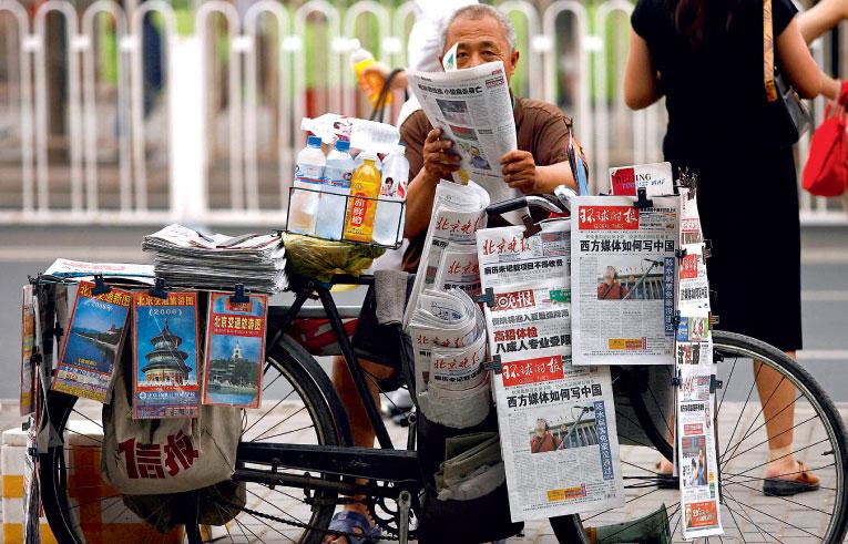 武漢因中共肺炎(俗稱武漢肺炎、新冠肺炎)「封城」的消息成為全球各大媒體連續幾天關注的頭條,卻無法登上中共黨報《人民日報》的頭三版。(Getty Images)