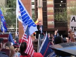 亞利桑那民眾集會 抗議州長簽署選舉結果