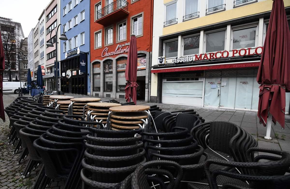 2021年1月4日,德國科隆(Cologne),疫情期間餐廳暫時關閉,桌椅收拾疊放在街上。(INA FASSBENDER/AFP via Getty Images)