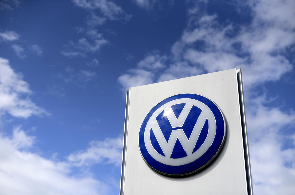 因缺少晶片,大眾在大陸合資汽車廠停產。圖為大眾汽車徽標。(Ina FASSBENDER/AFP)