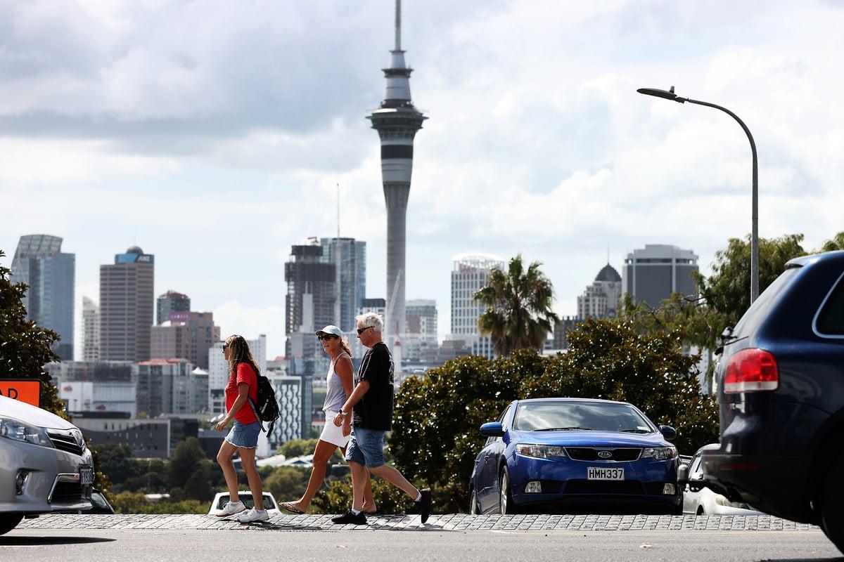 圖為2021年3月7日,奧克蘭人在紐西蘭奧克蘭的Ponsonby過著二級警報下的生活。( Fiona Goodall/Getty Images)