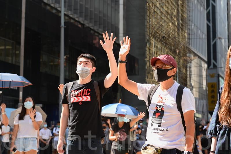 香港頻傳港府將實行「緊急法」、「禁蒙面法」,周五(10月4日)下午民間在遮打花園發起「反緊急法遊行」。(宋碧龍/大紀元)