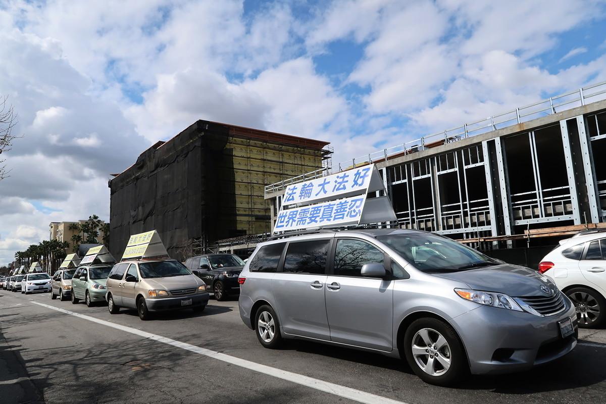 2020年3月7日(周六),「真相車隊」載著「法輪大法 宏傳世界各國」的看板於聖蓋博市的夏威夷超市附近遊行。(徐繡惠/大紀元)