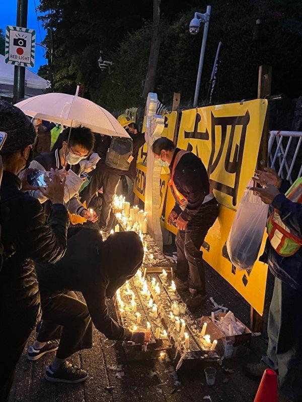 2021年6月4日晚8時,溫支聯在溫哥華中領館前舉辦「六四」燭光悼念活動。(欣文/大紀元)