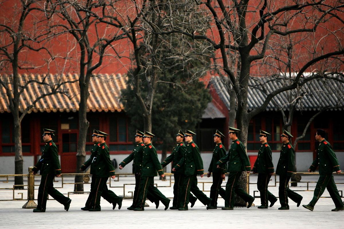 瑞典斯德哥爾摩國際和平研究所今年5月2日曾公佈報告顯示,2017年全球軍費支出共1.739萬億美元,其中中國增加軍費額度為120億美元,為所有國家中增長最多的。圖為在中國吉林省長春市,士兵在城市參加活動。(Photo by China Photos/Getty Images)