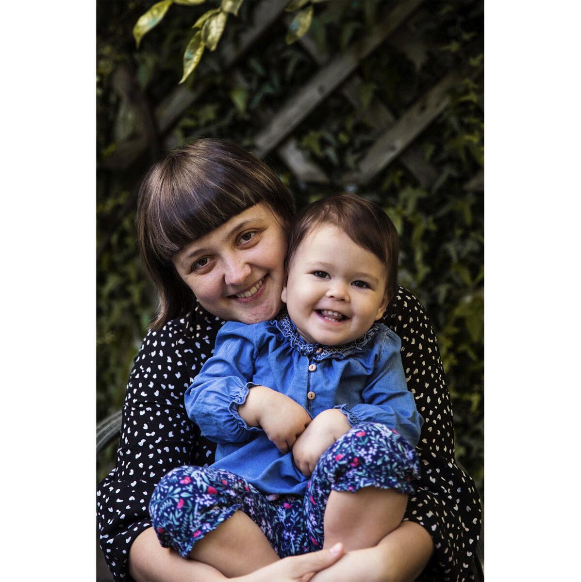攝影師米哈艾拉和她小女兒娜塔莉亞(Natalia)的合照。(米哈艾拉提供)