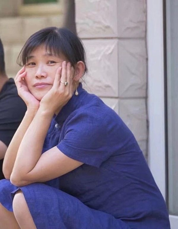 現年53歲的北京畫家許那因拍攝北京疫情期間照片,被中共當局非法關押、起訴。圖為許那。(大紀元)