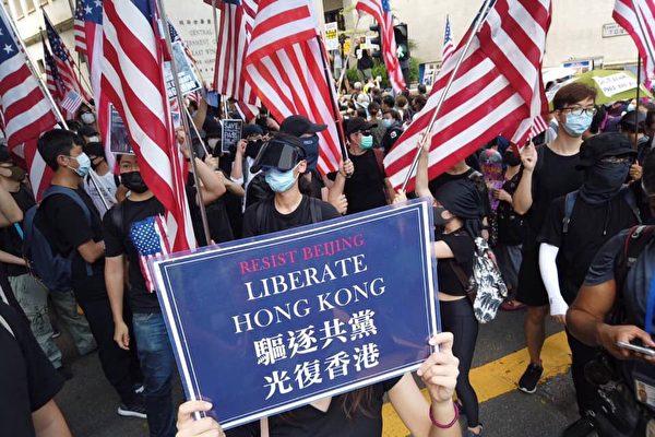 2019年9月8日,港人擠爆遮打花園為《香港人權與民主法案》祈福,喊出「驅逐共黨,光復香港」。(大紀元)