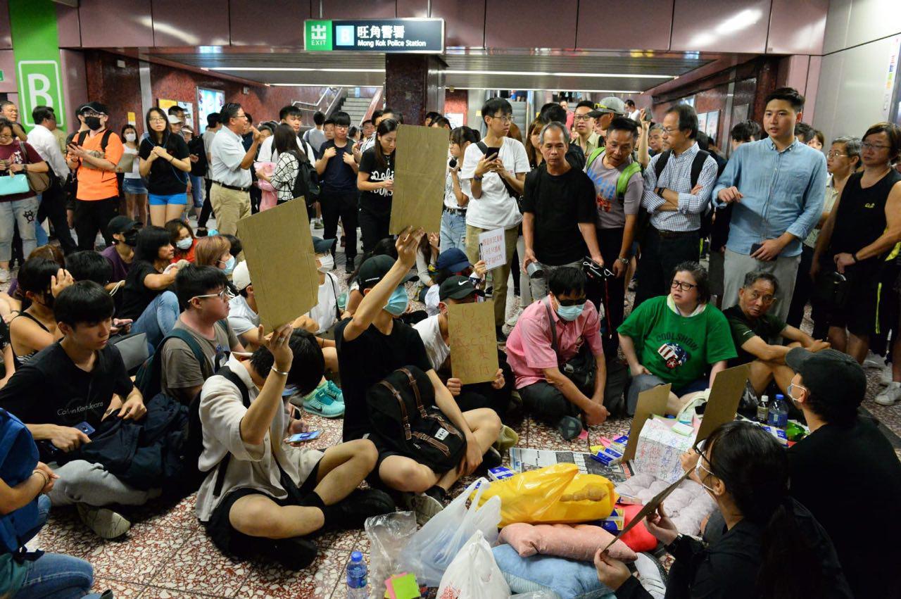 9月6日,港人在多地舉行抗議活動。圖為港人在太子站靜坐絕食要求港鐵交出8·31事件影片。(宋碧龍/大紀元)