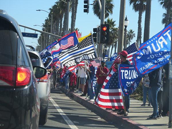 2020年11月14日,民眾在杭廷頓海灘舉行支持特朗普總統和「停止偷竊選票」集會。(李梅/大紀元)