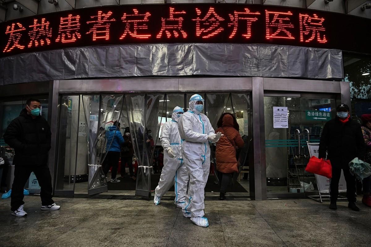 中共肺炎疫情爆發以來,中共官方確診數據與民間調查數據出入很大。圖為武漢市紅十字會醫院的醫護人員。(HECTOR RETAMAL/AFP via Getty Images)