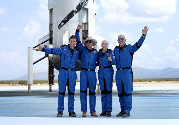 2021年7月20日,藍色起源(Blue Origin)「新謝潑德號」(New Shepard)機組人員(左起)奧利弗·戴門(Oliver Daemen)、謝菲貝索斯(Jeff Bezos)、沃利·芬克(Wally Funk)和馬克·貝佐斯(Mark Bezos)從德薩斯州範霍恩(Van Horn)成功進入太空並返回地面後合照留念。——這是世界首富貝佐斯和他的公司首次載人太空之旅。(Joe Raedle/Getty Images)
