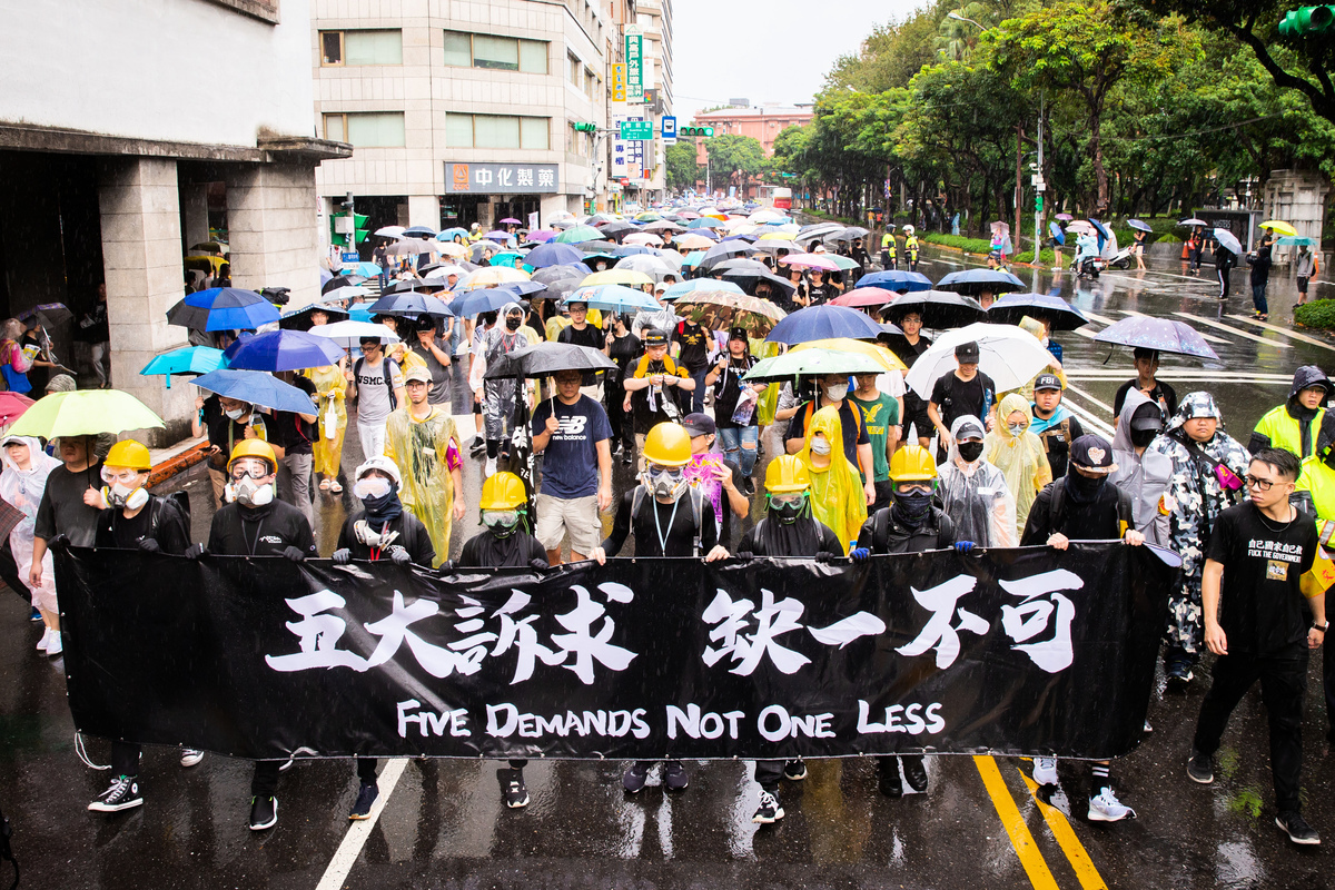 台灣公民陣線、香港邊城青年、台灣青年民主協會、台灣學生聯合會等團體29日發起「929台港大遊行—撐港反極權」活動,超過10萬人參與遊行。(陳柏州/大紀元)