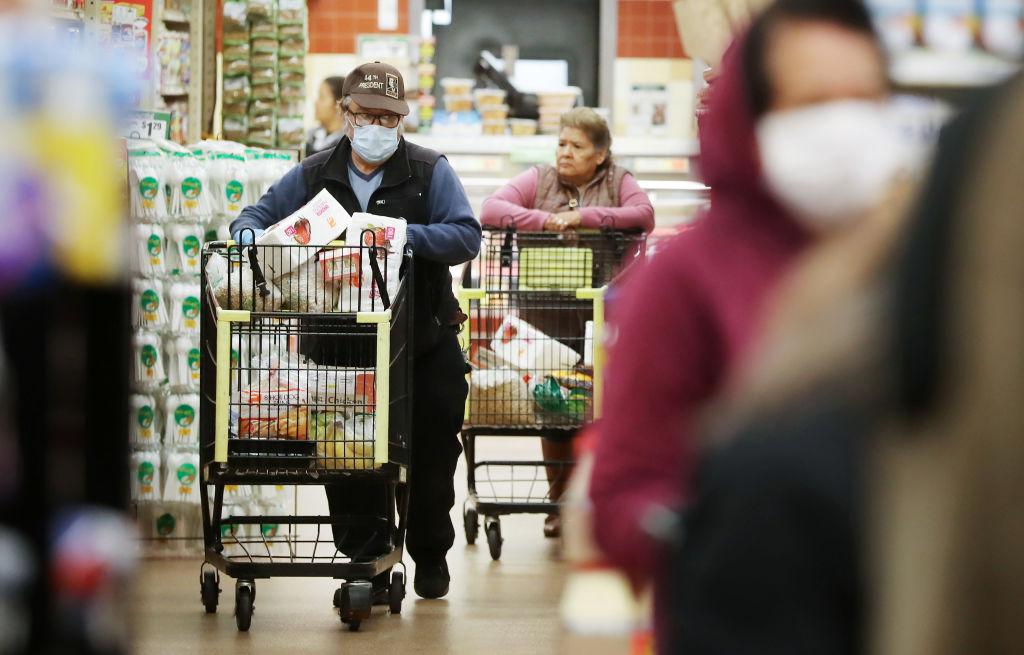 加州洛杉磯的一家日用品超市內,購物的人群。(Mario Tama/Getty Images)