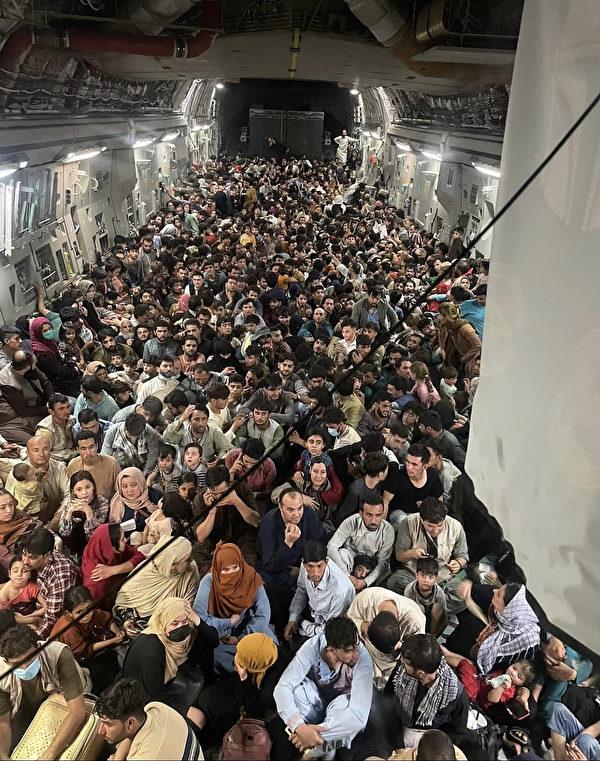 圖為C-17撤離640名阿富汗人的機艙內部場景。(Photo by Capt. Chris Herbert / US Airforce / AFP)