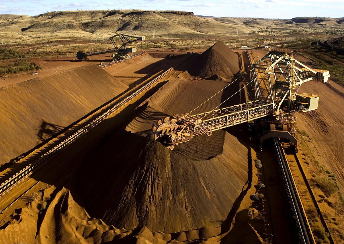 中共海關總署2020年5月20日宣佈調整進口鐵礦檢驗監管方式。分析人士認為,中共此舉的目的可能是為了刁難澳洲。圖為西澳Pilbara地區一台取料機正在裝載鐵礦石。(Christian Sprogoe/AFP via Getty)