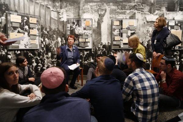 現居紐約市的大屠殺倖存者給學生們講述親身經歷。 (施萍/大紀元。)