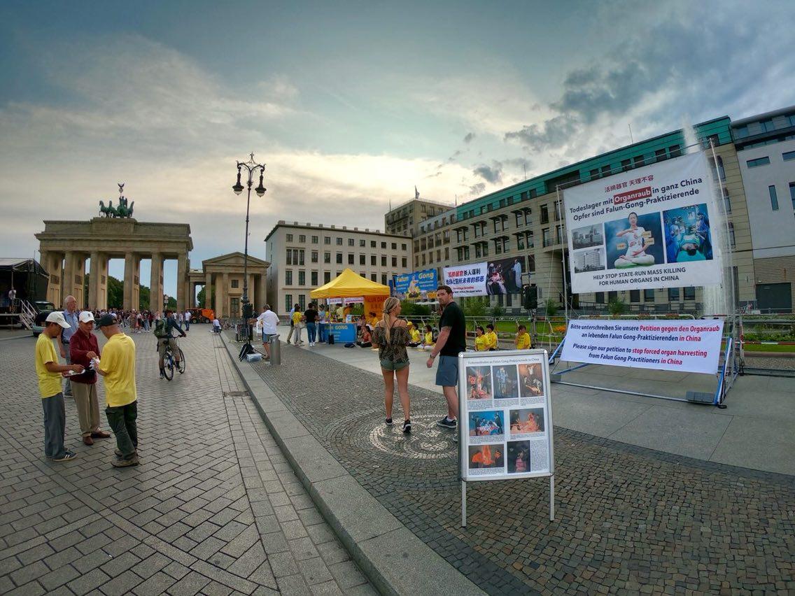 7月20日,德國柏林部份法輪功學員在市中心著名景點勃蘭登堡大門前,介紹在中國迫害法輪功的事實,呼籲公眾關注,共同制止迫害。(張清颻/大紀元)
