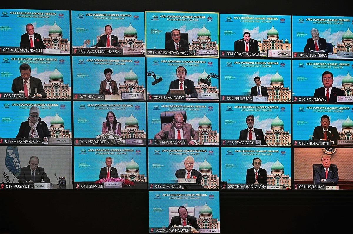 2020年11月20日,各國領導人參加亞太經濟合作組織APEC視像會議,第二行左側是習近平。(Mohd Rasfan/AFP via Getty Images)