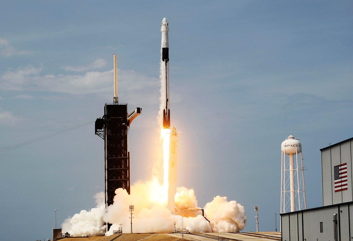 圖為2020年5月30日,佛羅里達州泰特斯維爾市的一座橋上,載有神龍太空艙以及美國太空總署NASA的兩名太空人道格‧赫爾利和鮑勃‧本肯的Space X獵鷹9號火箭從佛羅里達州卡納維拉爾角甘迺迪航天中心發射升空。(Joe Raedle/Getty Images)